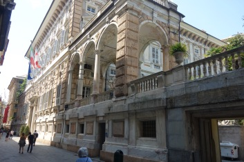 But then there are these houses. These were actually houses. Now they are a UNESCO world heritage site and office building, but in the 1500's they housed Genoa's crazy-rich merchants and royalty, who would take turns hosting foreign dignitaries in them.