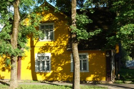 The houses in the town of Pechory were charming, though, as we found out later, not nearly as ornate as those further south and east. This one, you may guess it - is yellow!