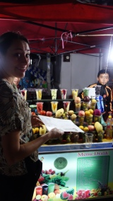 There are lots of smoothy and crepe stands at the night market. We ate much.