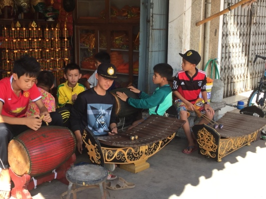 Cool kids play the gamelan.