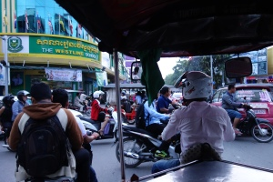 Tuk tuk logic: enter an intersection when traffic is moving in both perpendicular directions