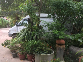 We got a nice guesthouse in Kampong Chhnang, and Arne got a nice parking place inside of it!